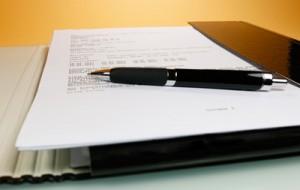 Wer eine Berufsunfähigkeitsversicherung abschließen möchte, sollte schon bei der Antragstellung nicht nur auf das Kleingedruckte achten. (Bildquelle: I-vista / pixelio.de)