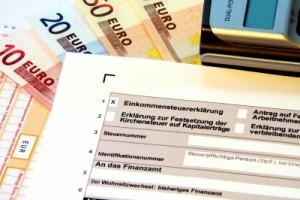 Bei der Steuererklärung können Beiträge für die BU-Versicherung angegeben werden. Eine BU-Rente zählt allerdings als zu versteuerndes Einkommen. (Bildquelle: Thorben Wengert / pixelio.de)